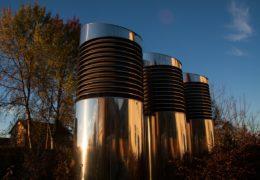 ¿Cuál es la fórmula para calcular el caudal de aire de renovación?